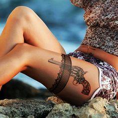 tattoo dentelle, jarretière et pistolet tatoués à la jambe, tatouage sexy  et artistique