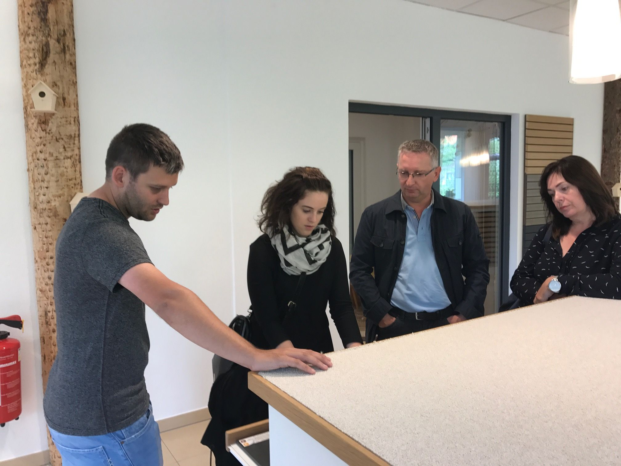 Kunden Sehen Sich Im Bemusterungszentrum Bodenwohr Bei Fischerhaus