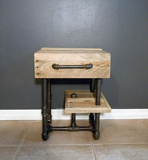 Diy pallet side table nightstand with recycled pipes for Plumbing pipe desk plans