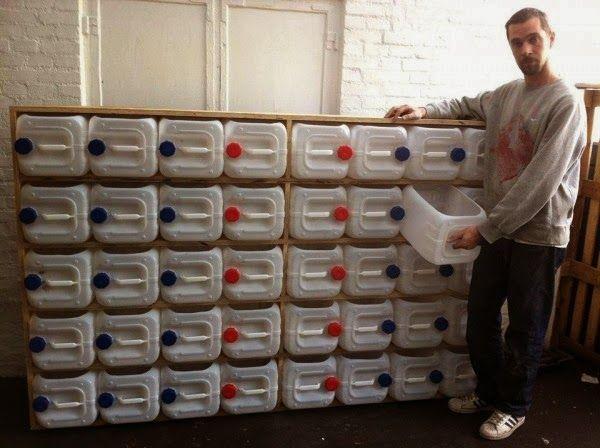 Mueble con bidones de plastico reciclados muebles for Cajones de plastico para muebles de cocina