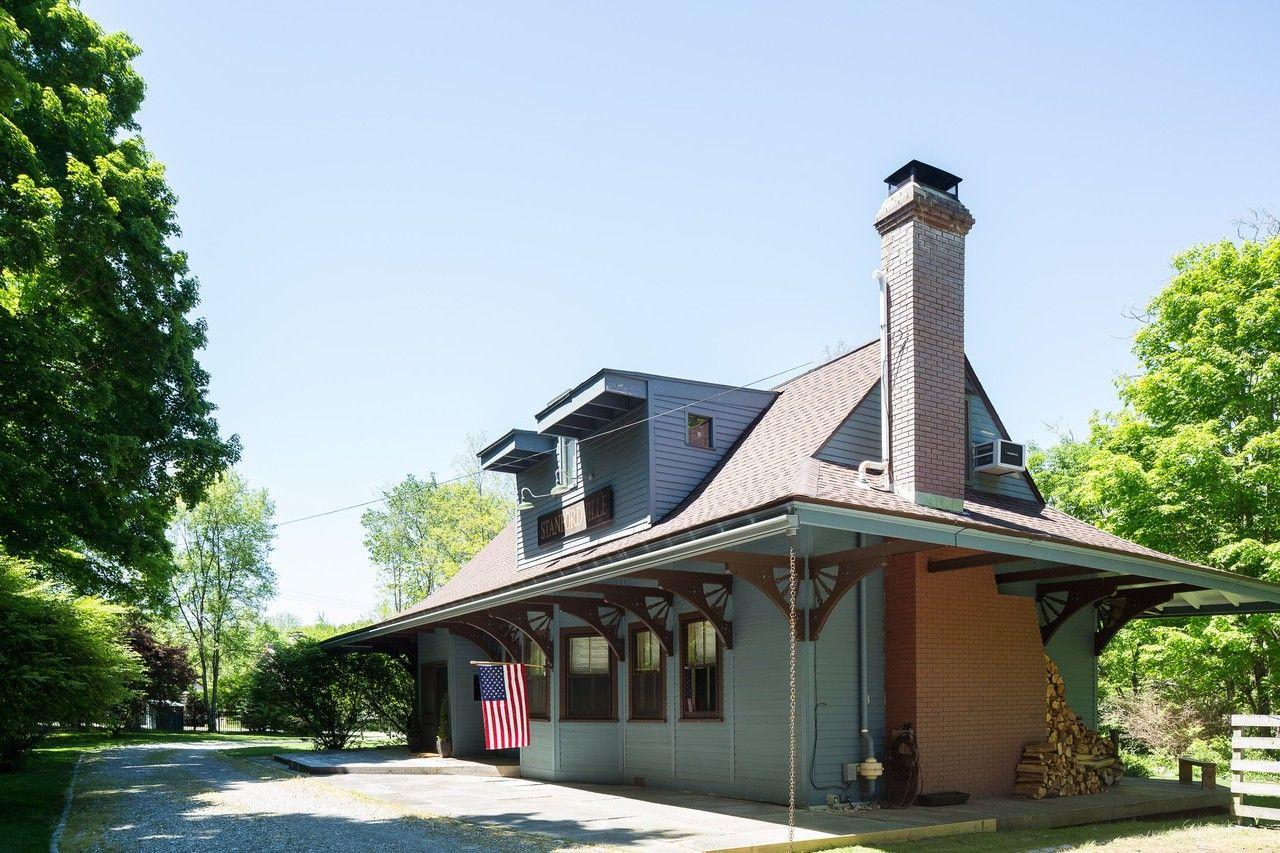 元鉄道の駅を改築した邸宅  ニューヨーク州スタンフォードビルにある邸宅は1889年築の元鉄道の駅をオーナーが1年前に購入して改造したもの。駅自体は母屋に、駅の元石炭保管室だった場所はゲストハウスにそれぞれ生まれ変わり、元倉庫だったところは、駐車場、ゲームルーム、寝室として使われている。
