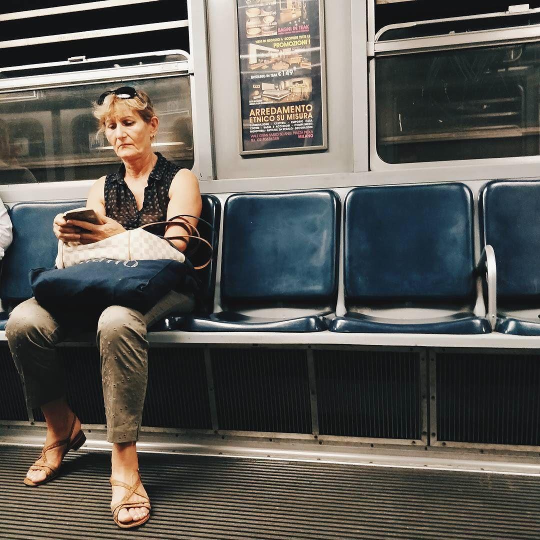 Guardami come una sciura guarda un posto libero in metro. [@sciuragram]