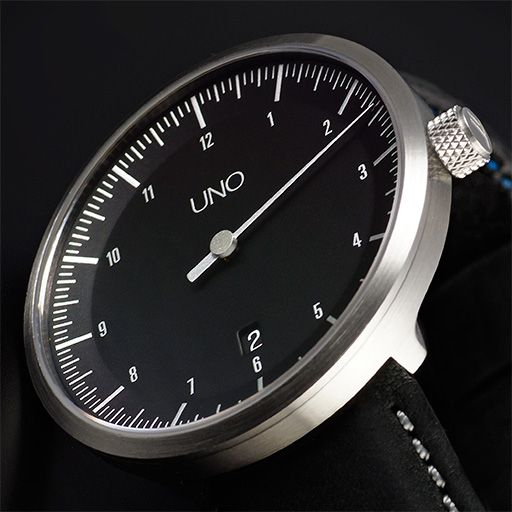 The UNO CARBON one-hand watch is a statement that reveals a relaxed attitude to time. Thanks to the one-hand principle developed by Klaus Botta back in 1986, the way the UNO CARBON displays the time is all about simplicity. As a matter of fact, the UNO CARBON allows you to tell the time more quickly than with any other watch because the display elements are reduced to their bare essentials.