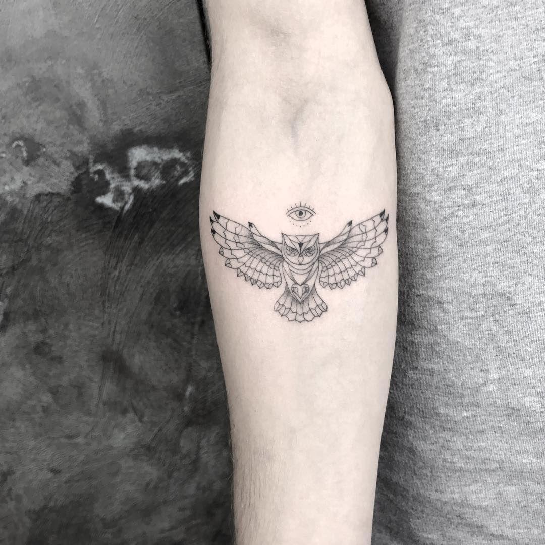 Tatuagem feita por Jay K de Frankfurt, Alemanha.    Coruja de asas abertas, delicada no braço.