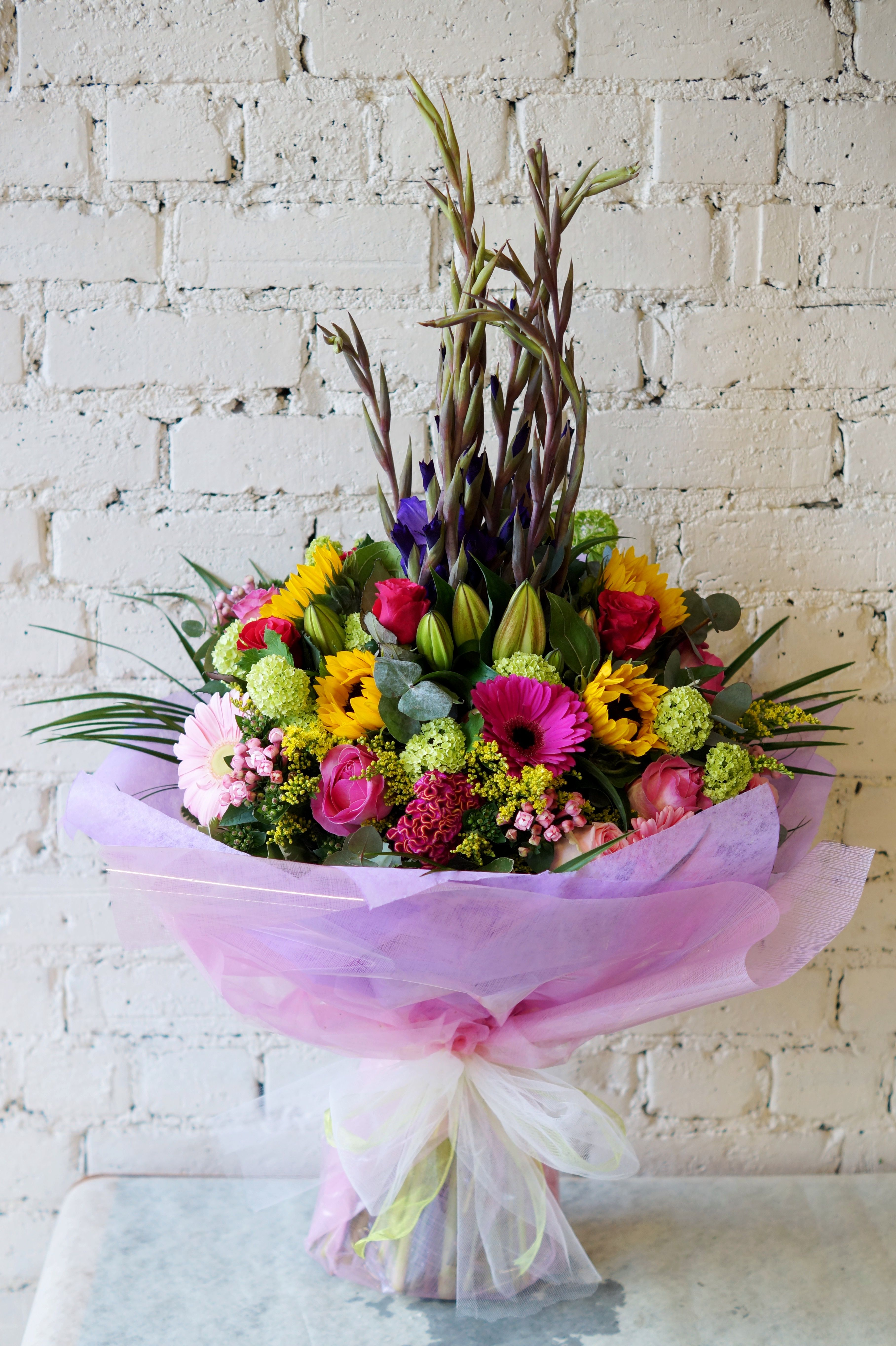 Check Out This Beautiful Beast Of A Bouquet That We Delivered Earlier Today It S Hard To Get An Idea Of How Big This Was From Cvety Floristika Buket