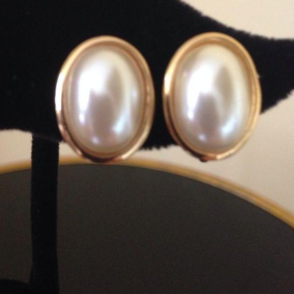 Excellent Napier Vinatge screw back earrings! Creamy ivory and gold studs in excellent vintage condition! Stamped Napier. Please not that these are screw backs Napier Jewelry Earrings