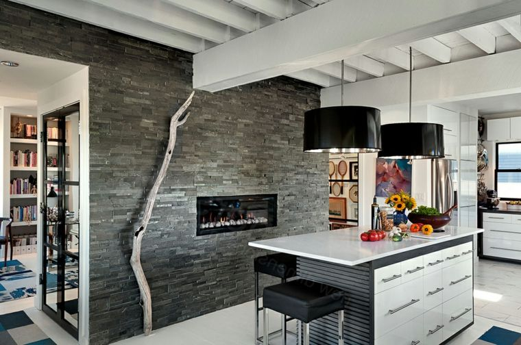 open space cucina con isola e parete con camino moderno ...