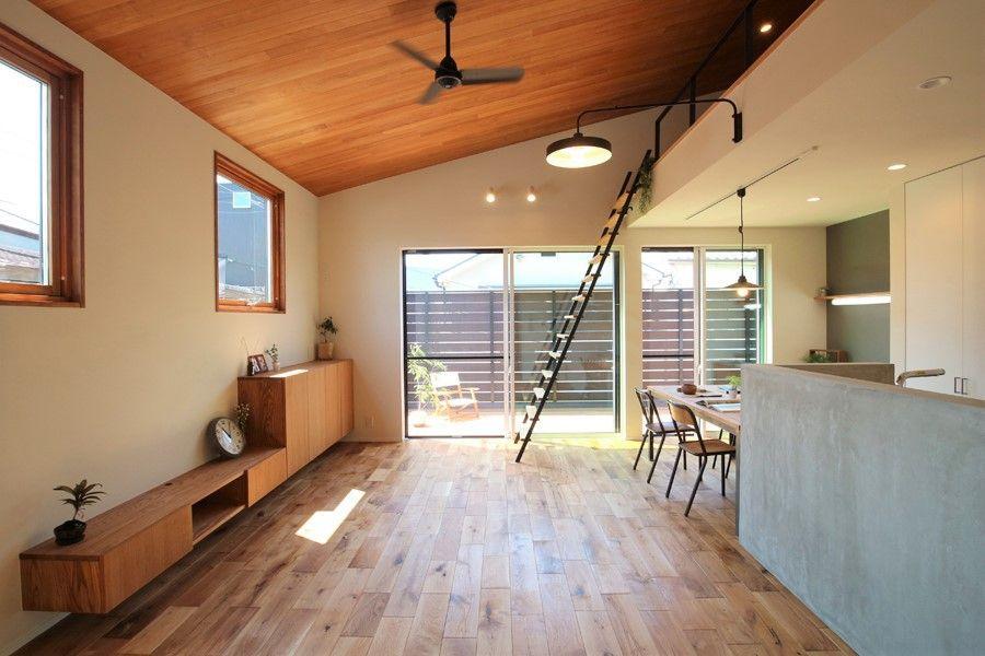 白 黒 グレーを基調とした内にも 木のぬくもりを感じることが出来る内観 板張りの勾配天井で 空間が広く感じることが出来ます リビング 天井高 ロフト インテリア リビング 天井