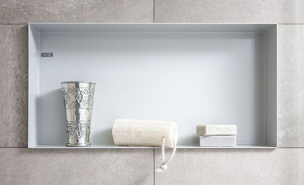 Inbouwnissen en een planchet zijn ideaal voor badkamerproducten of ...