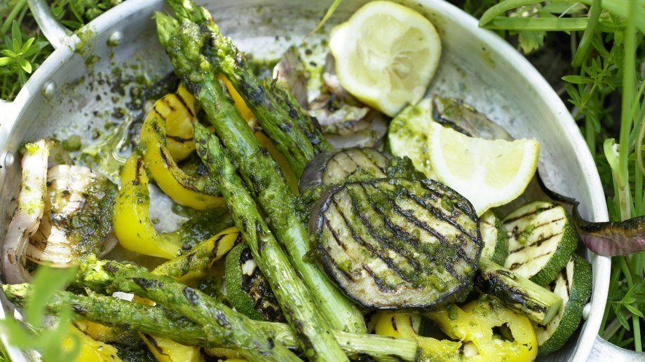 Geht schnell und schmeckt köstlich: Gegrilltes Gemüse mit Pesto-Dressing | http://eatsmarter.de/rezepte/gegrilltes-gemuese