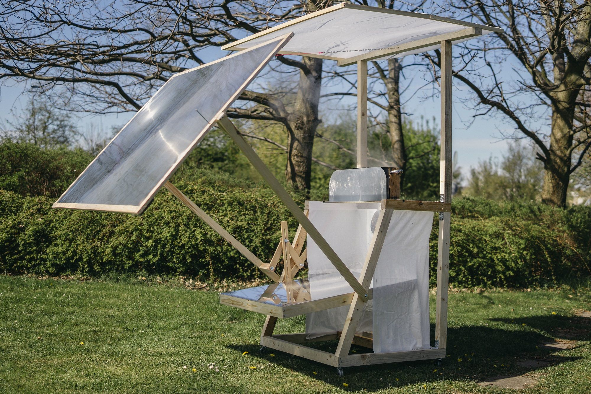 A Fresnel Lens Eliminates The Bulk Of A Convex Concentrating Lens With The Use Of A Series Of Angled Steps In The Front Surfac Solar Cooker Solar Cooking Solar