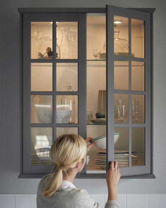 Un pensile da cucina con ante in vetro e luce interna for Ante cucina ikea