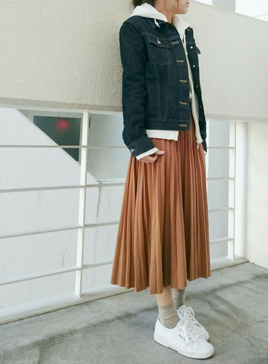 df7fbfa4ff7f8 ベージュのプリーツスカート コーデ   fashion   冬の重ね着、グレー ...