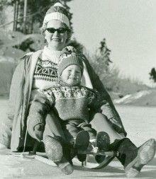 Mamma Berit og datter Kristin Horgen en vinterdag i 1964.