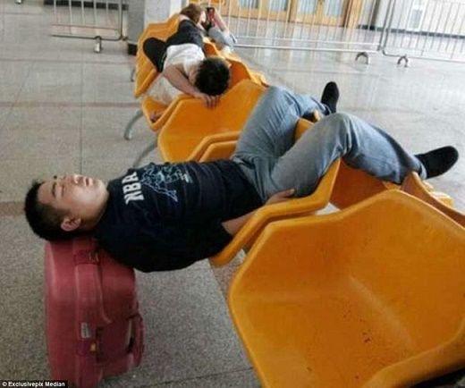 Personas que llevaron las siestas a otro nivel… nada cómodo ⋮