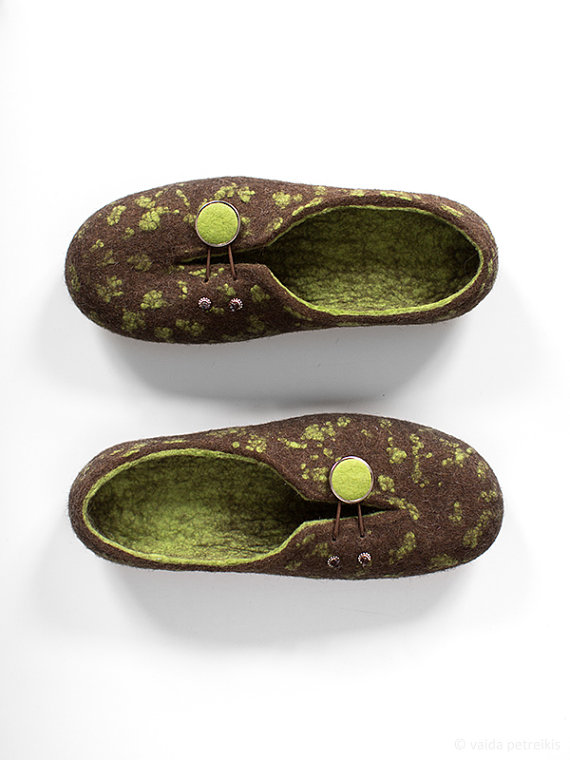 dda617839f23 Felted slippers for woman - Women slippers - Women home shoes - Gift for  her - Coffee brown and fresh green woolen clogs - Traditional felt - Eco