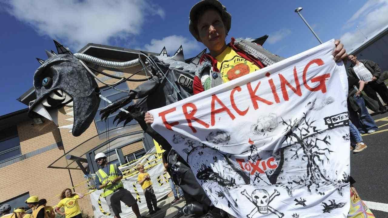 """FRACKING. Varios activistas en contra de la fracturación hidráulica, participan en una protesta por los planes de la empresa """"Cuadrilla"""" de construir una torre de perforación en Blackpool, Reino Unido. (EFE)."""