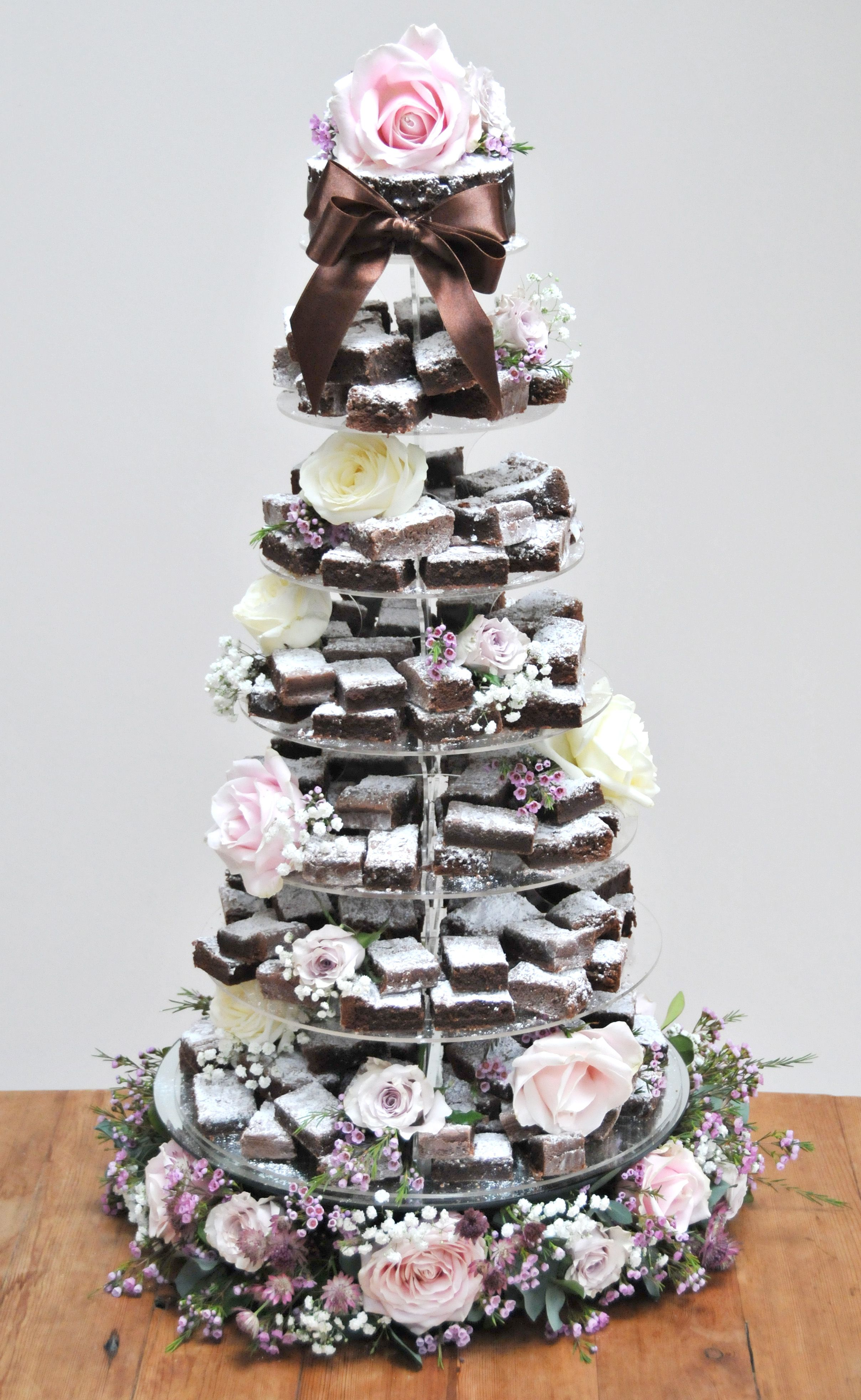 192 brownies, flowered base with cutting cake