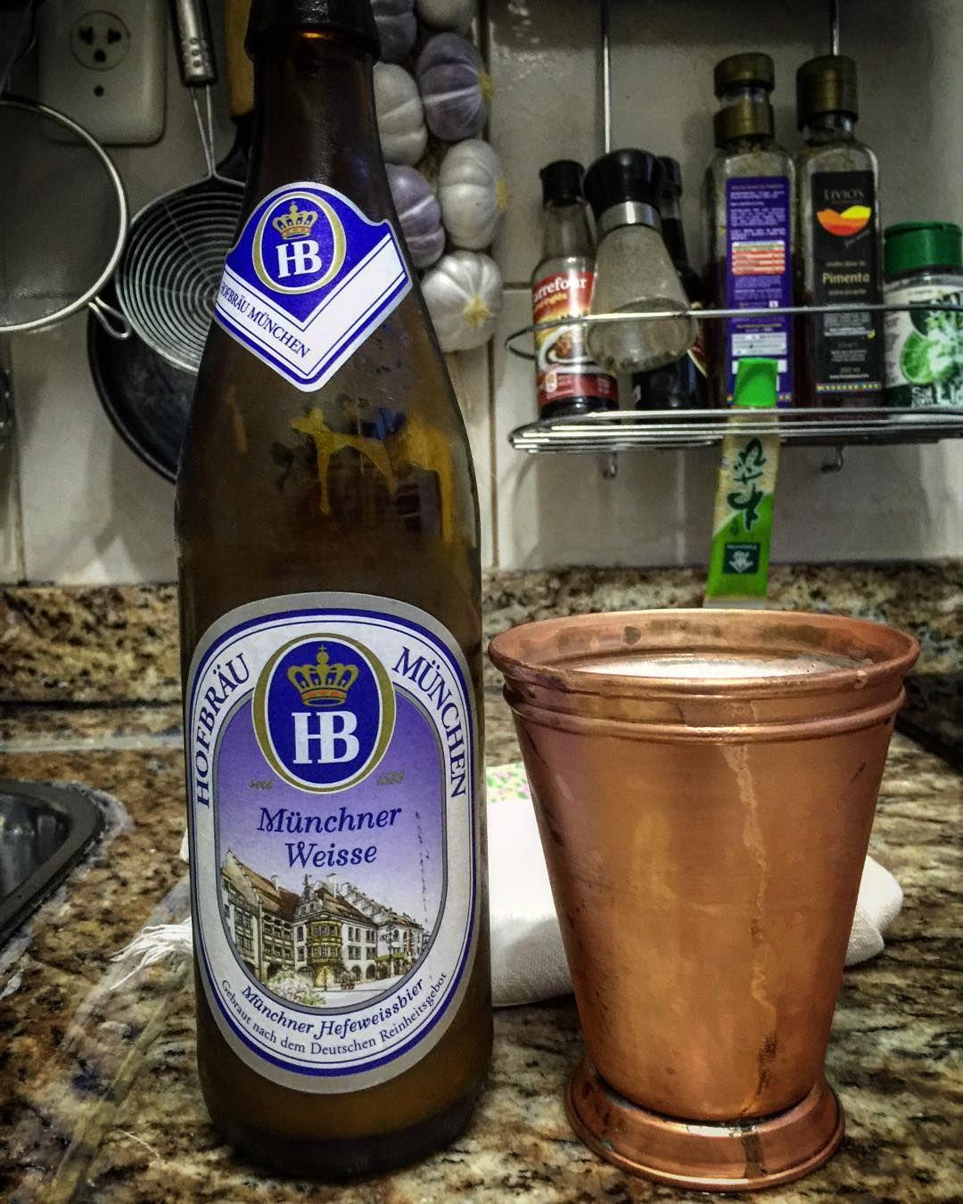 A taça de cobre sempre mantém um sabor bastante especial. A cerveja deixa para os especialistas.