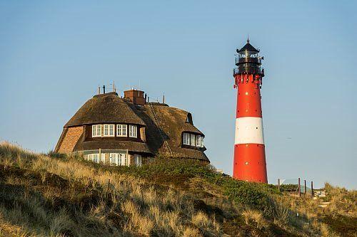 Islas Frisias, Alemania  Situada al norte de Alemania y unida al continente por el dique de Hindenburg, la isla de Sylt sorprende por su exuberante naturaleza y su atmósfera relajada. En la localidad de Hörnum se erige el bello faro junto a una casa tradicional frisia.