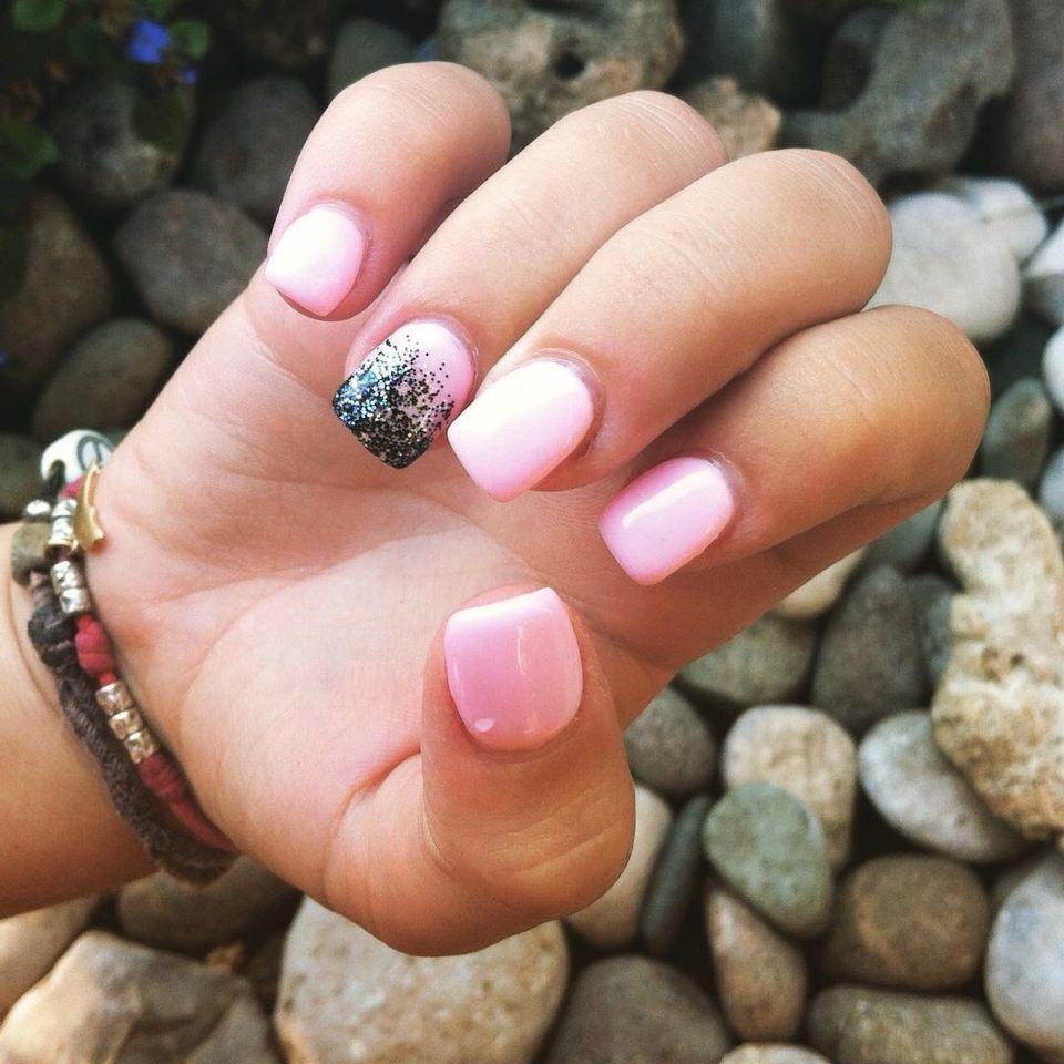Ricostruzione unghie rosa chiaro e brillantini neri