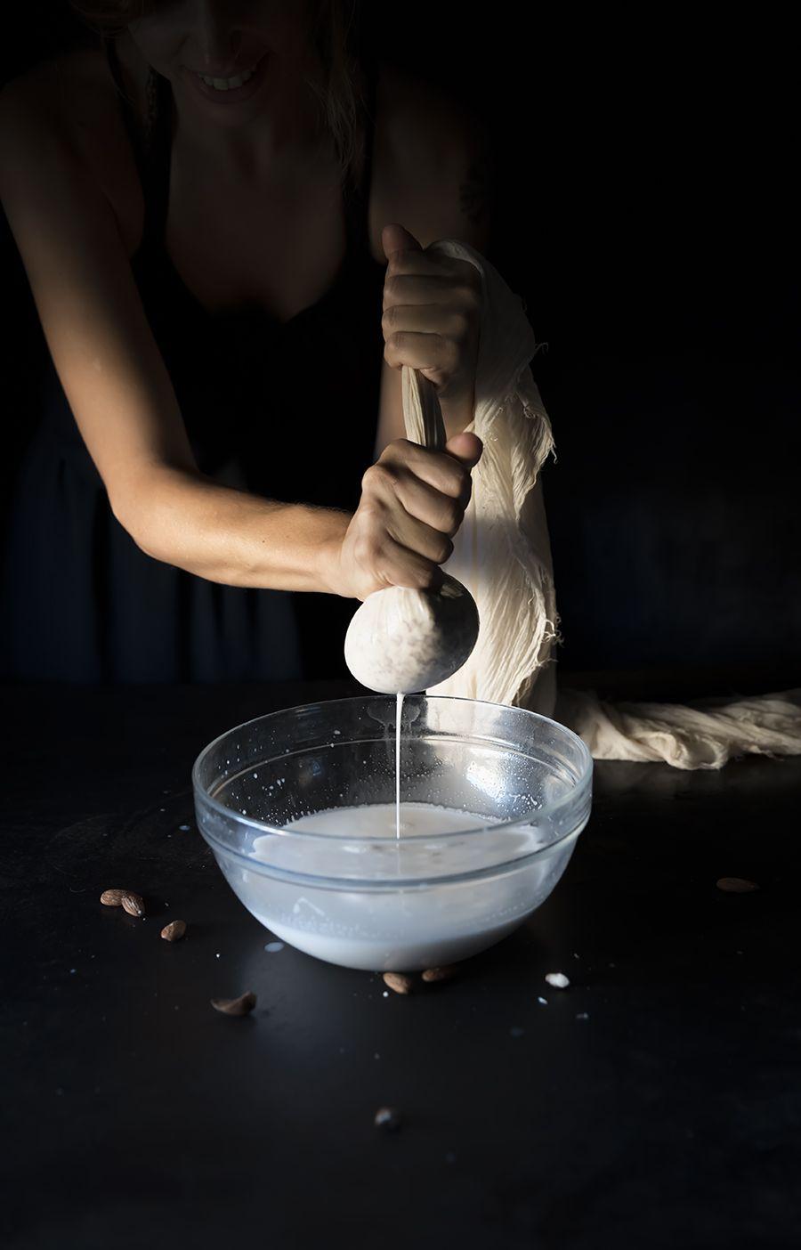 latte di mandorla homemade e coco pops,uan colazione sana e genuina che piacerà anche ai piccini. Homemade almond milk and cocoa puffs, a healthy breakfast