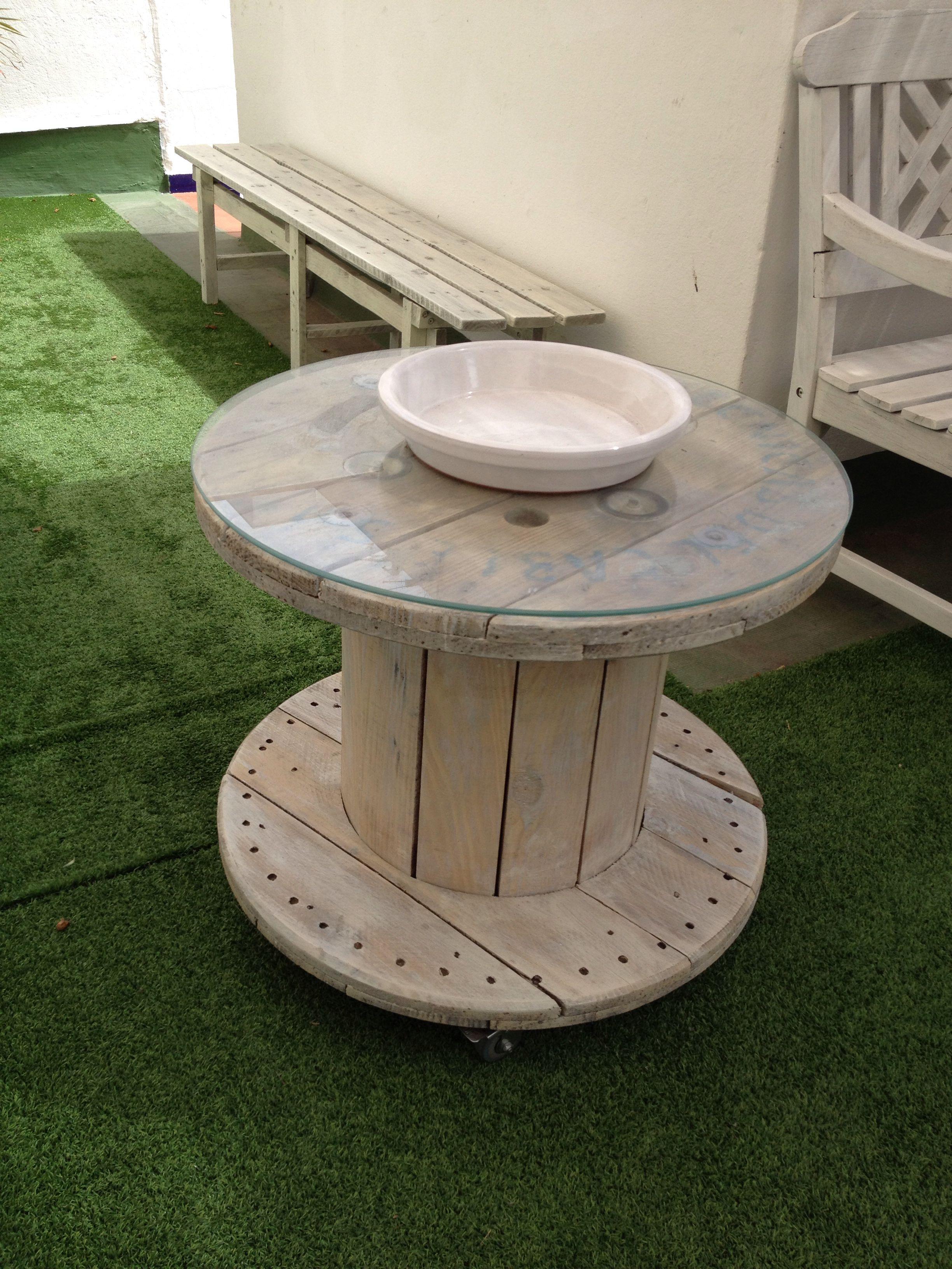 Bobina de madera con ruedas y cristal de 63 cm cogido con - Cosas hechas con palets ...