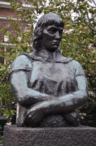 """""""Volksvrouw""""  Kunstenaar: Henk Henriët (1903-1945)  Beeld staat bij de kruizing  Westerstraat - Marnixstraat Amsterdam"""