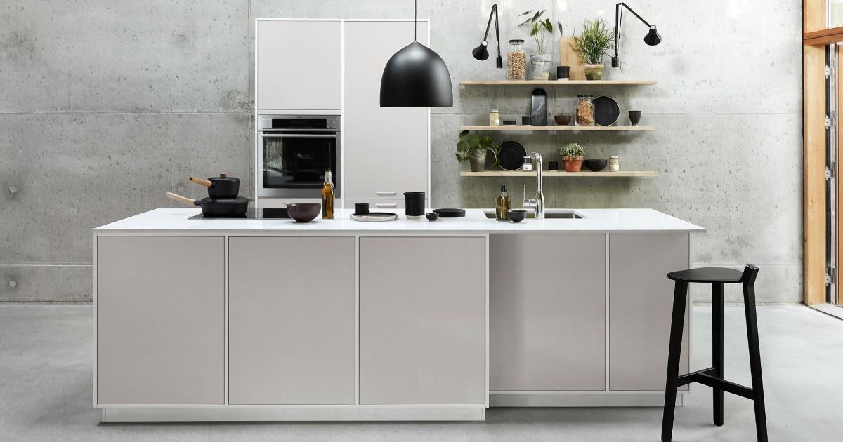 Modu Light Grey on minimalistinen ja tyylipuhdas keittiö, jossa on särmää. Kaappien huonekalumaisuus tarjoaa monipuoliset mahdollisuudet yhtenäisen kodin ilmeen luomiseen.