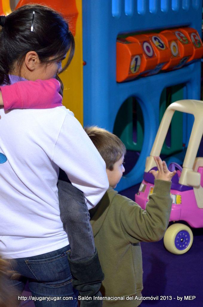 El acompañamiento permanente de un adulto en el juego del niño.