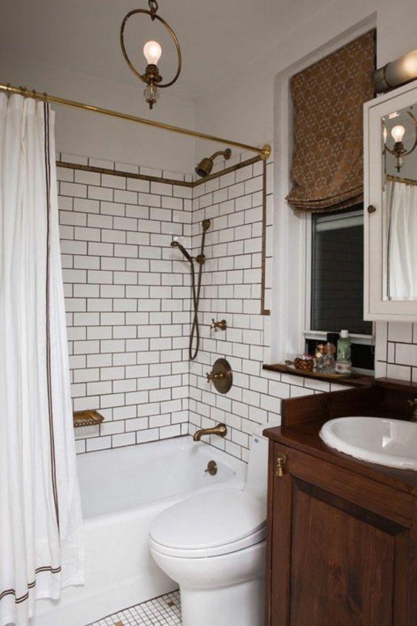 Kleines Badezimmer Braune Gardine Badewanne Weiße Fliesen