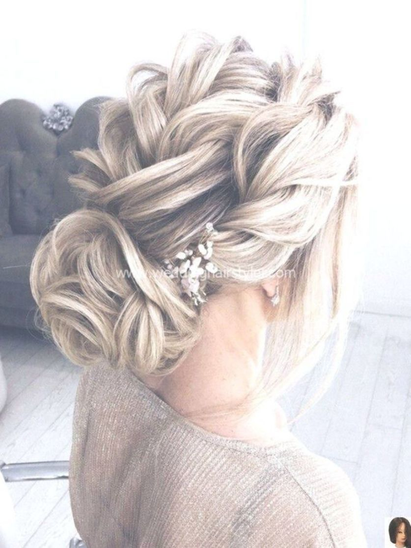 Solta Tranca Updo Com Peca De Acento Floral Weddinghair Bridalstyle Bride Br Loose Braid Updo With Braided Hairstyles Updo Hair Styles Long Hair Styles