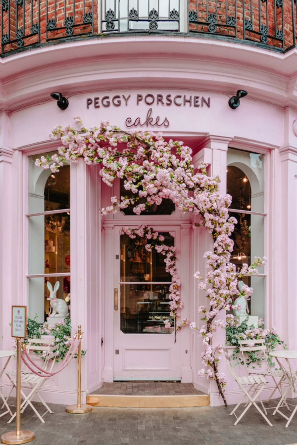 Find out where 50 gorgeous Instagrammable places in London are. This post includes a Google Map so you can find all these places easily! // PIN FOR LATER // #london #londontravel #londontrip #londonengland #instagrammablelondon #instagrammableplacesinlondon #photospotsinlondon