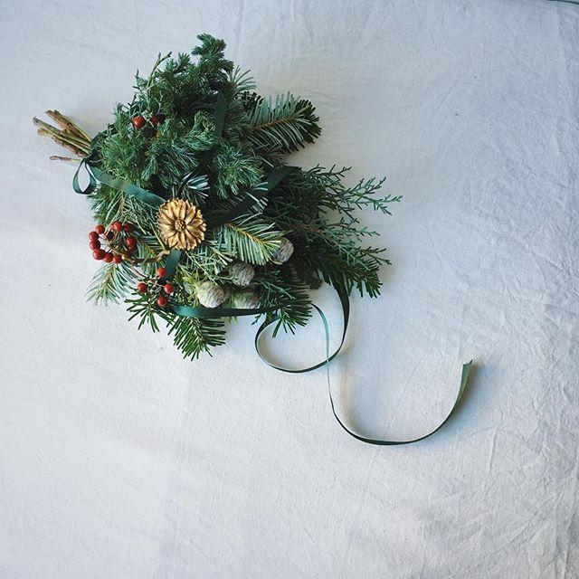 ごく普通のスワッグ。 ごく普通に束ねて ごく普通に赤い実とリボンをつけて でもただひとつ違っているのは 真鍮のオーナメントメダルをつけてあげたのです。•̑‧̮•̑*¨*•.¸¸♪ #christmas #christmasswag #christmastree  #firtree #natural #natur #kinfolklife #brass  #ornament #decoration #still_life_gallery  #クリスマス #クリスマススワッグ #モミの木 #壁飾り #真鍮 #オーナメント #サンキライ  #コニファー #赤い実 #針葉樹 #スワッグ #フレッシュリース #ブルーアイス #ナチュラル
