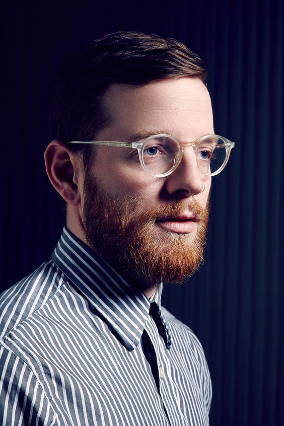 Óculos masculino com a armação transparente está super em alta, podendo ser  um complemento para o visual 63446ede0b