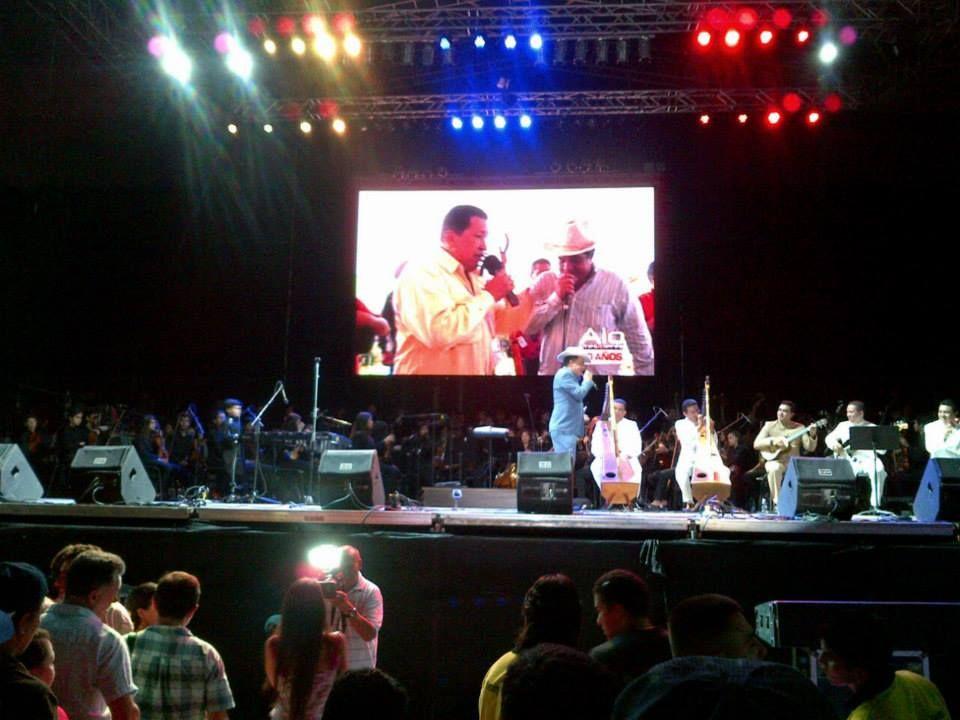 Cristóbal Jiménez erizó la piel de todos y todas, con sus canciones en honor al Gigante Chávez.