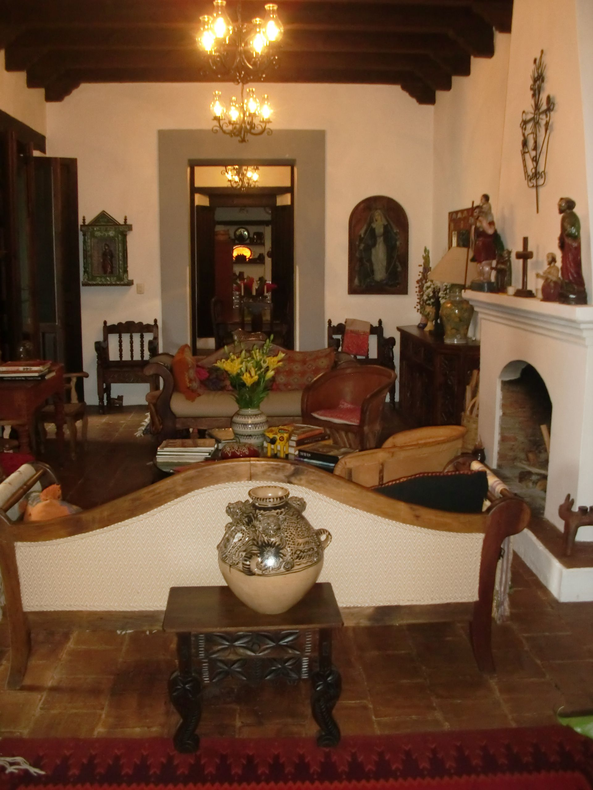 Colonial Elegant Living Room Furniture: Spanish Colonial Beauty