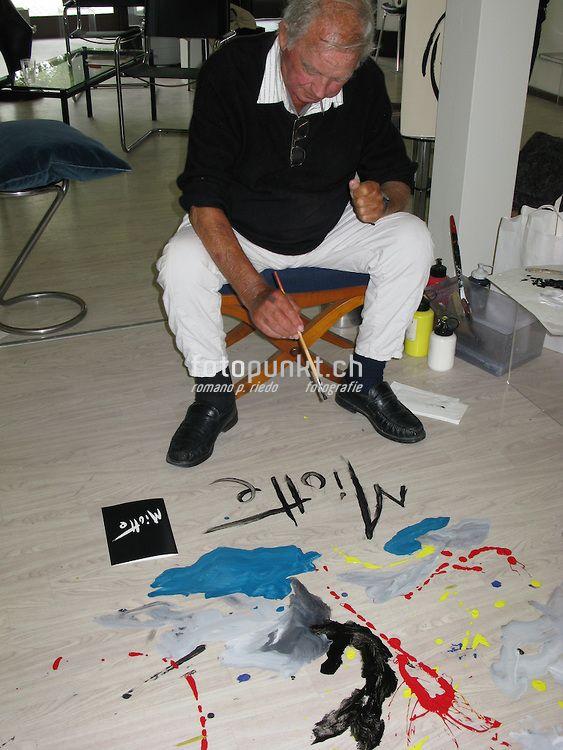 Le peintre Jean Miotte signe une peinture au sol dans la Plexus Art Gallery du galeriste Bernard Chassot. Fribourg août 2008. © Romano P. Riedo