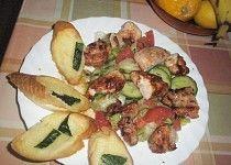 Zeleninový salát s kuřecím masem a zakysanou smetanou