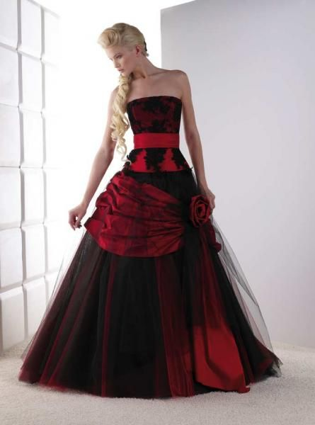 Harley Quinn Red and Black wedding dress. Ironically the lady looks like  poison ivy. (Or viper or the wolverine) f2dbb99f3760
