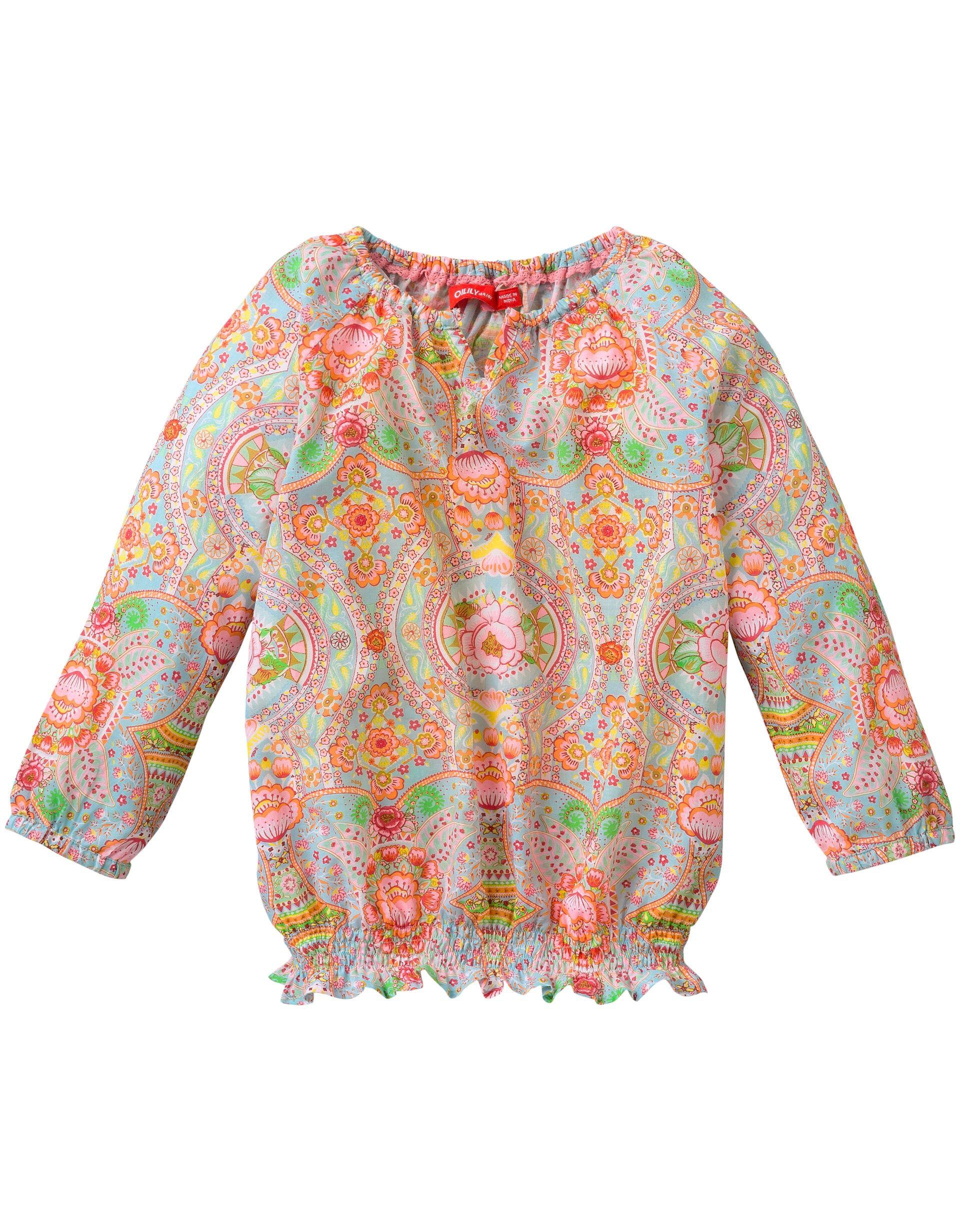 Farbenfrohe Baumwollbluse mit Oilily-Print und elastischen Details am Halsausschnitt und an den Ärmeln, sodass die Ärmel schön geschoppt werden. An der Unterseite mit authentischer Smokarbeit versehen.