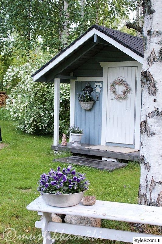 piha,puuutarha,leikkimökki,kukat,kukkia,pihan oleskelupaikka