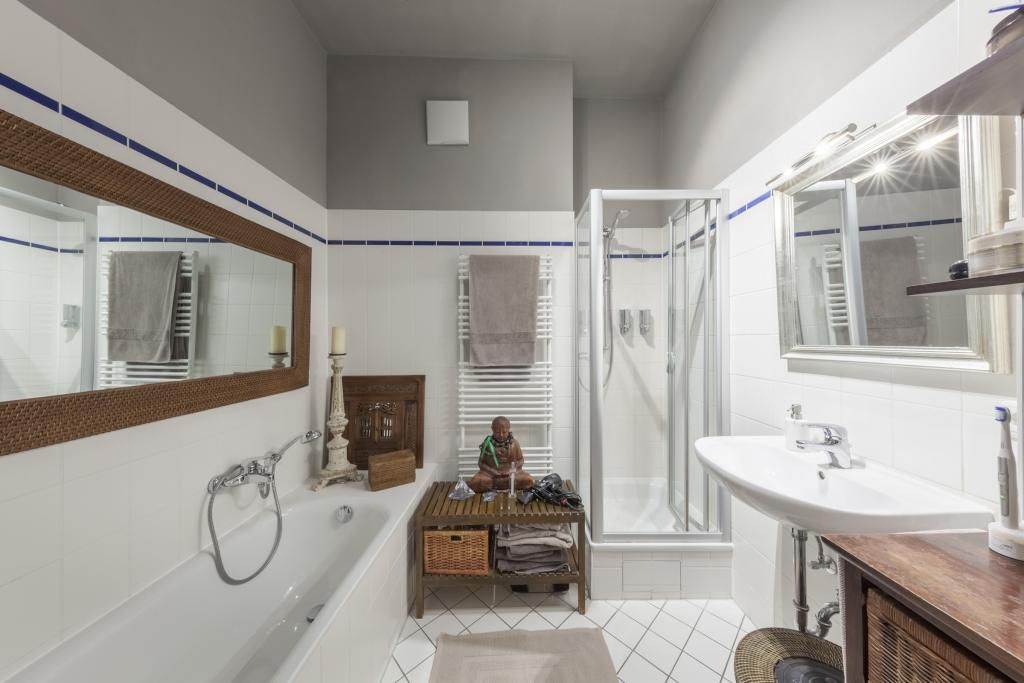 badezimmer mit wei en fliesen grauer decke dusche badewanne und keiner wohlf hloase. Black Bedroom Furniture Sets. Home Design Ideas