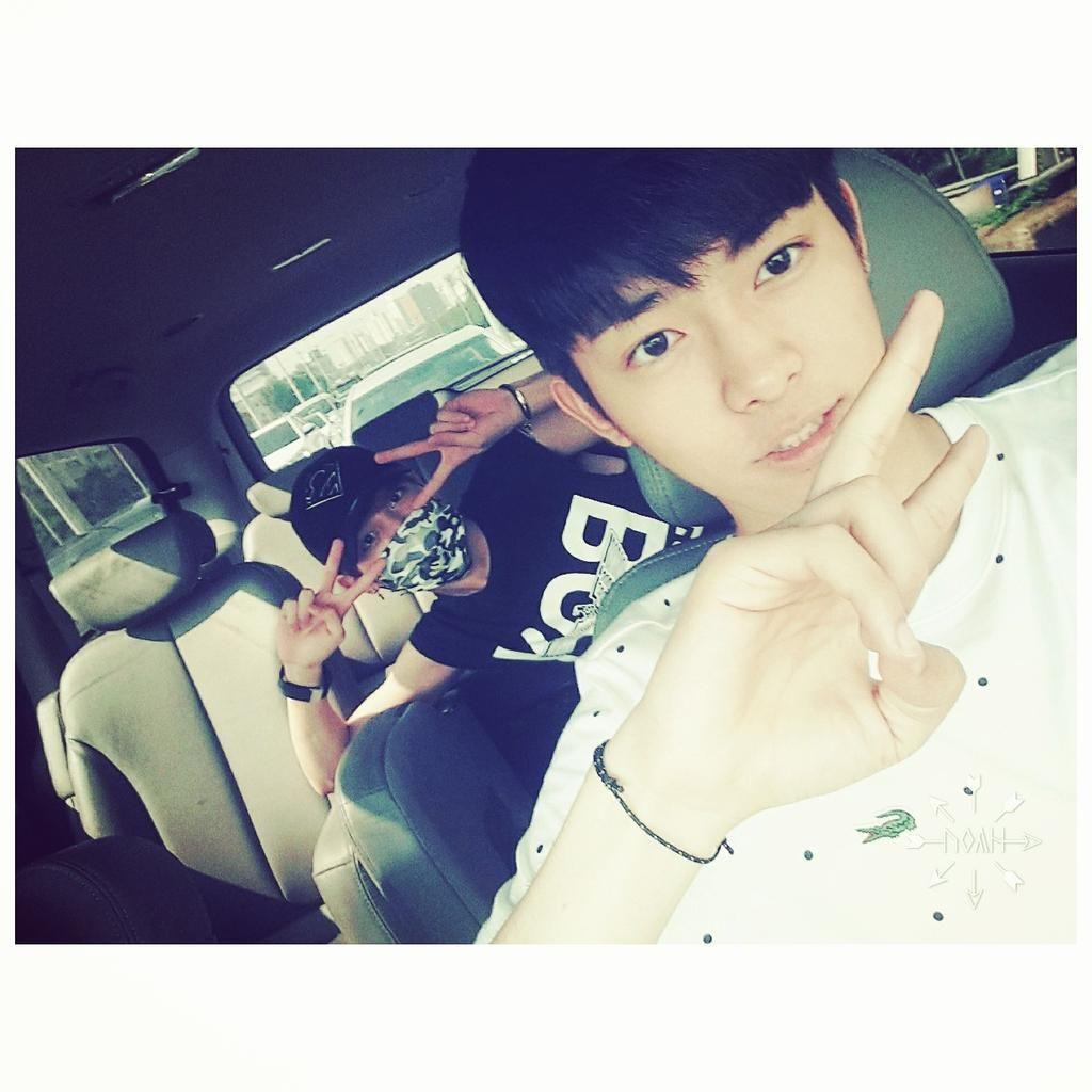 Jinhong twitter update ------------------ 비오다 더운날   #투포케이 #진홍 #휘 #치과가는길