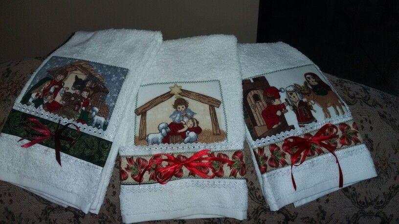Pañitos con motivos navideños bordados en punto de cruz patchwork