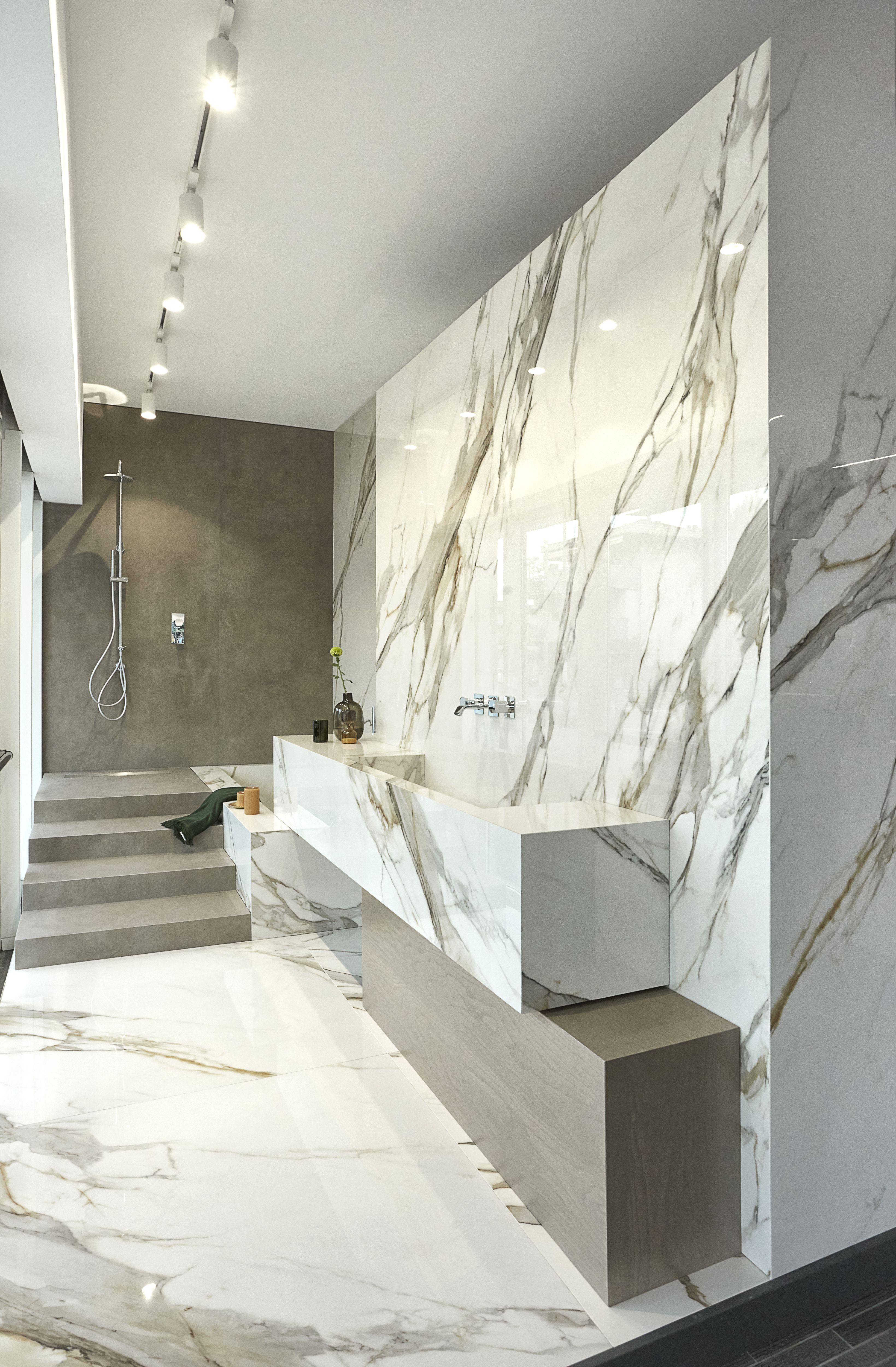 Arredo bagno in muratura effetto marmo lastre ceramiche