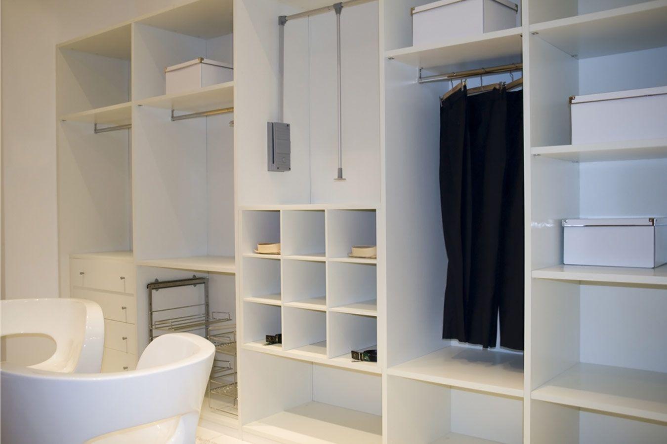 Open Witte Inbouwkast Met Schappen En Hangrekken Inbouwkasten