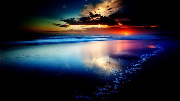 Sfondi Cremisi tramonto con il sole tramonta dietro l'orizzonte, il bagliore luminoso diversi colori di nuvole sopra la linea costiera oceano con una bella tinta blu brillante di acqua
