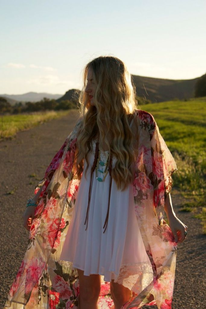 The light floral chiffon goes on well with the wavy loose hair, both of which are typical boho style. The girl looks casual but energetic and lively in her boho outfit. This kind of vibrant sense is highly related to the atmosphere in west village.