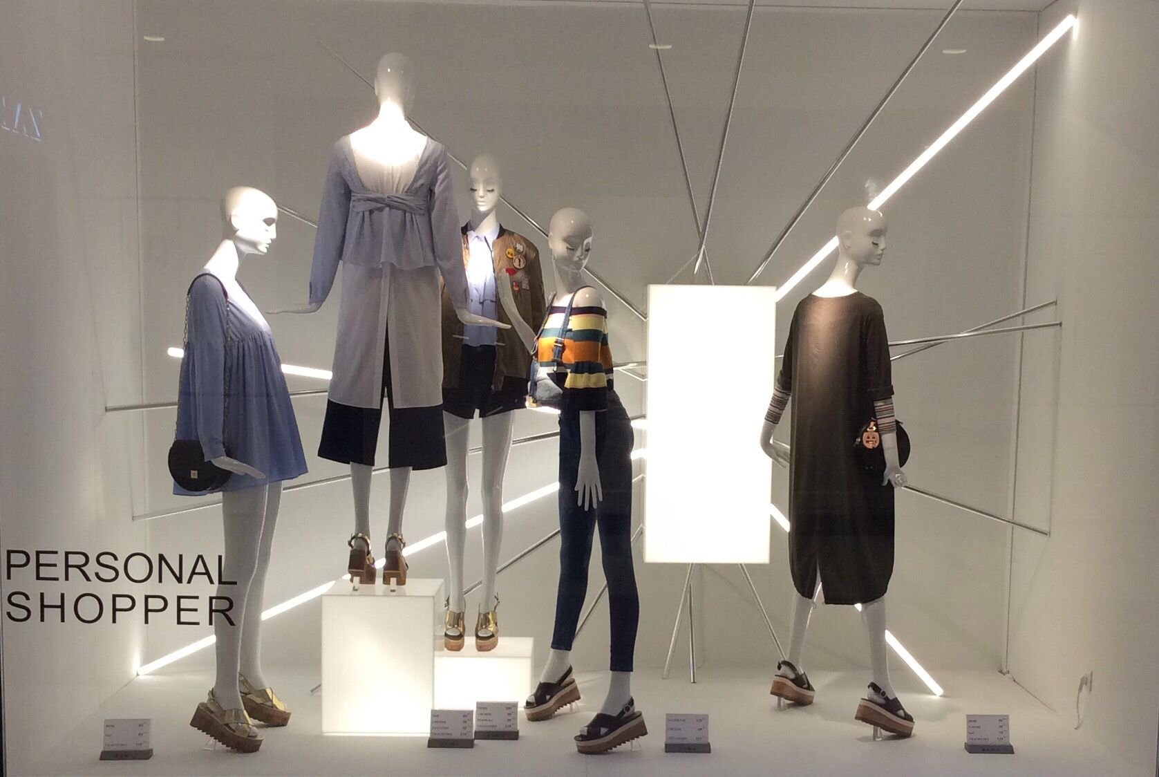 Pin By Rachid Kaddaoui On New Window Zara Retail Inspiration Visual Merchandising Visual